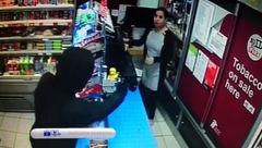 شجاعت زن جوان دزد مسلح را فراری داد+فیلم سرقت مسلحانه از یک فروشگاه