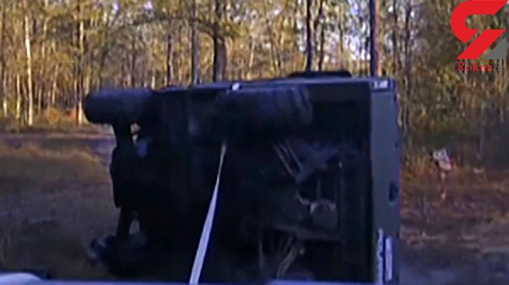فیلم لحظه نجات پسربچه 10 ساله از زیر خودروی چپ شده +تصاویر