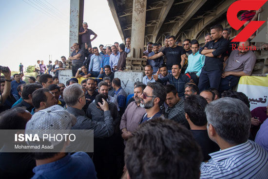 تجمع اعتراضی کارگران هپکوی اراک / نشستن آنها روی ریل قطار+عکس