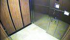 مرد جوان لباس هایم را داخل آسانسور به زور کند و ...