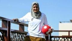 فوتبالیست زن استرالیایی با حجاب کامل به میدان می رود +عکس