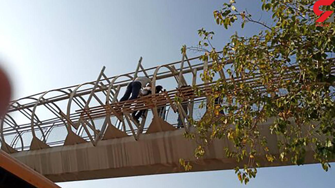 عکس لحظه خودکشی دختر 18 ساله از روی پل عابر در اصفهان