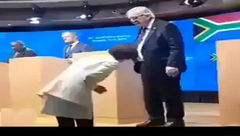 کفشهای لنگه به لنگه آقای رئیس در کنفرانس بین المللی وقفه انداخت! +عکس