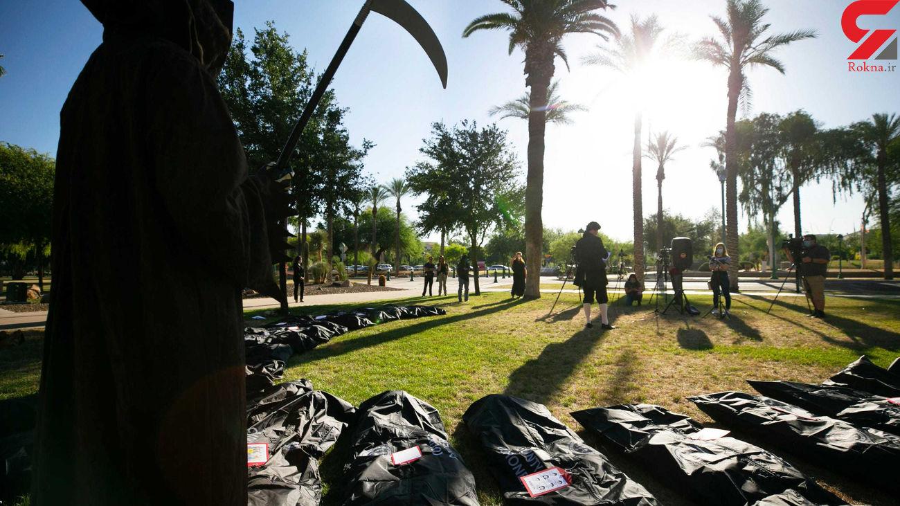 اعتراض با حمل کیسههای جسد + عکس
