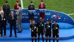 اتفاقی نادر در مراسم اختتامیه جام جهانی / دزدی مدال طلا توسط یک زن در این مراسم! +عکس