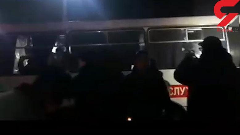 حمله زشت مردم به خودروهای افراد مشکوک به ویروس کرونا در اوکراین+ فیلم