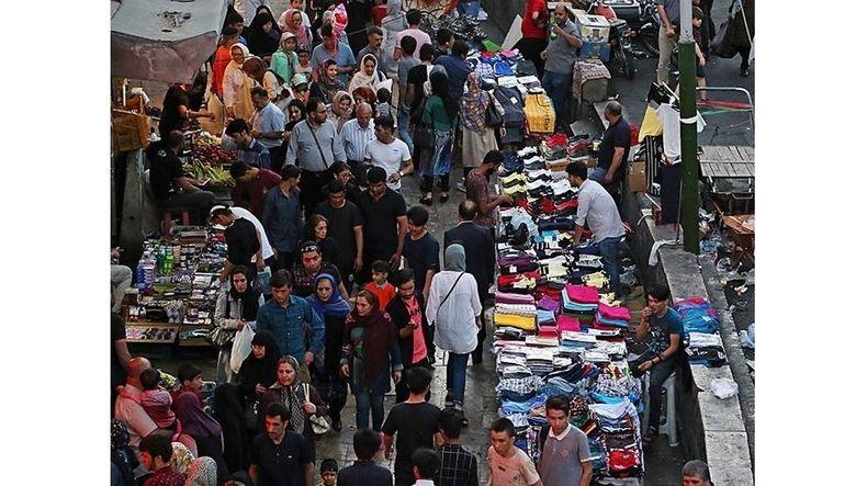 به نام مامور شهرداری، کف خیابان ها را به دستفروشان کرایه می دهند/ پاسخ شهرداری تهران