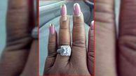 پز دادن یک زن به حلقه ازدواجش+عکس