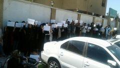نامادری کودک آزار در ماهشهر دستگیر شد / مردم جلوی دادگستری تجمع کردند! + عکس