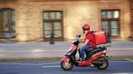 وظیفه شناسی عجیب راننده پیک موتور هنگام سیل  + عکس