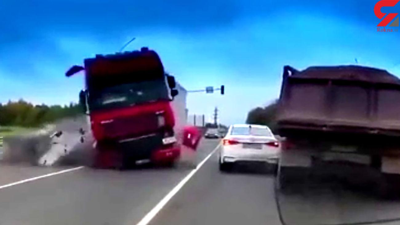 مرگ وحشتناک 4 سرنشین خودرو در تصادف تریلی+ فیلم