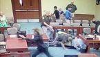 فیلم لحظه حمله متهم دختر آزار به دادستان در  جلسه دادگاه + عکس