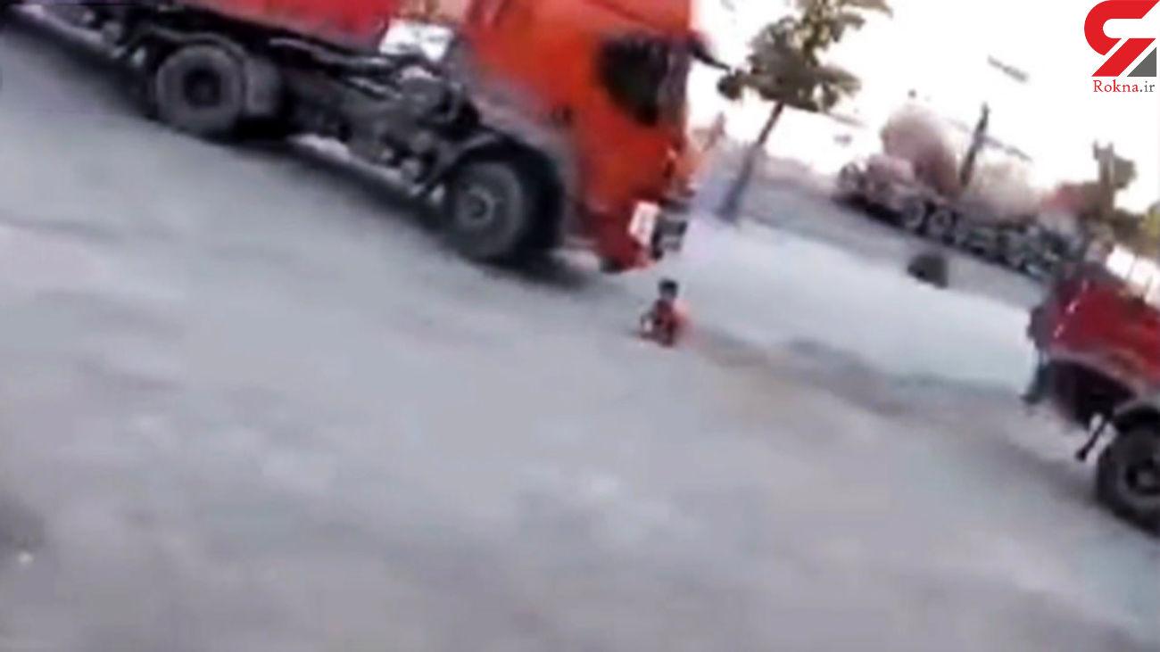 لحظه عجیب زیر گرفتن بچه ۶ ساله توسط یک راننده تریلی + فیلم