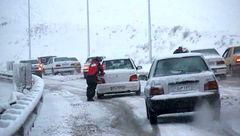بارش سنگین برف در محورهای هراز و فیروزکوه/ توصیههای پلیس به رانندگان