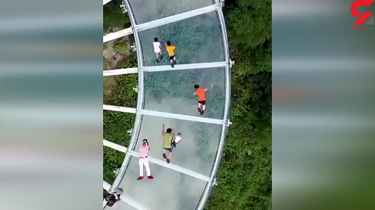 قدم زدن روی مرتفع ترین راهروی شیشه ای جهان + فیلم