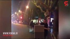 زن هرزه خود را در خیابان برهنه کرد / پلیس این زن مست را به خاطر مزاحمت به یک مرد دستگیر کرد+فیلم