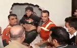 فیلم لحظه نجات پسر 12 ساله تهرانی از شیار بین 2 ساختمان