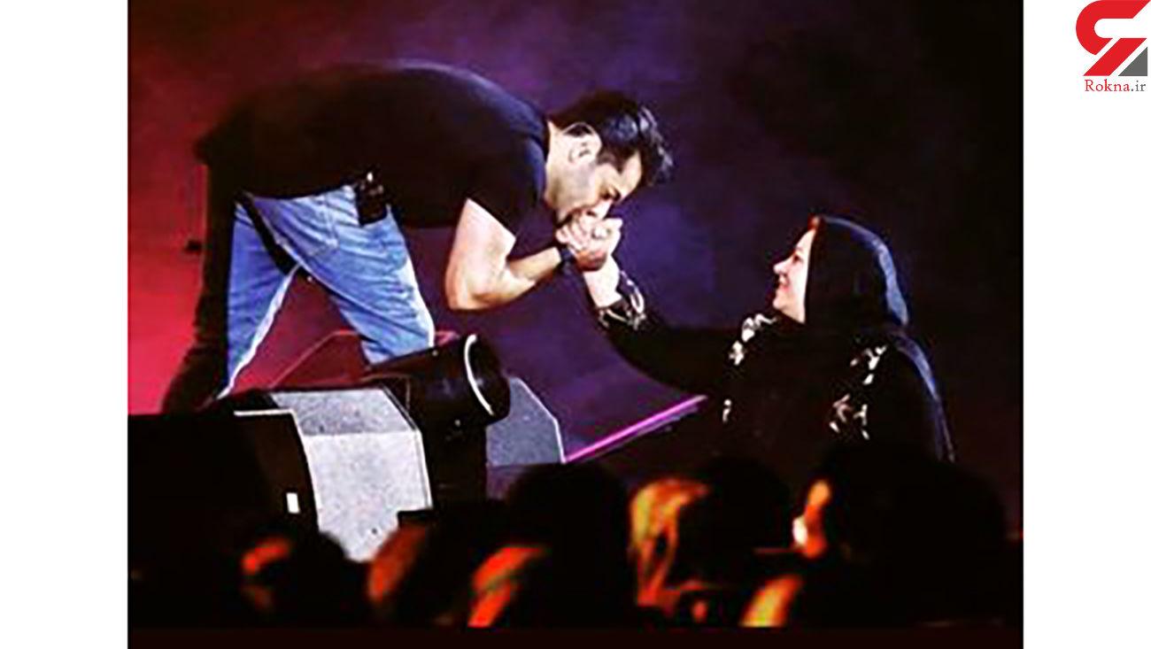 بوسه خواننده مشهور در وسط کنسرتش + عکس