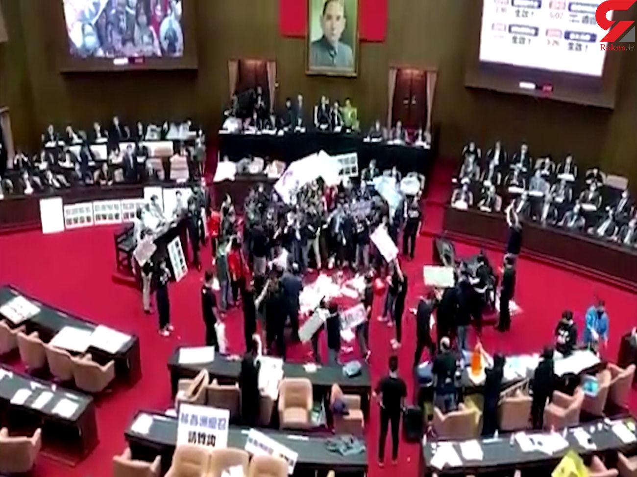 کتک کاری در مجلس تایوان + فیلم و عکس