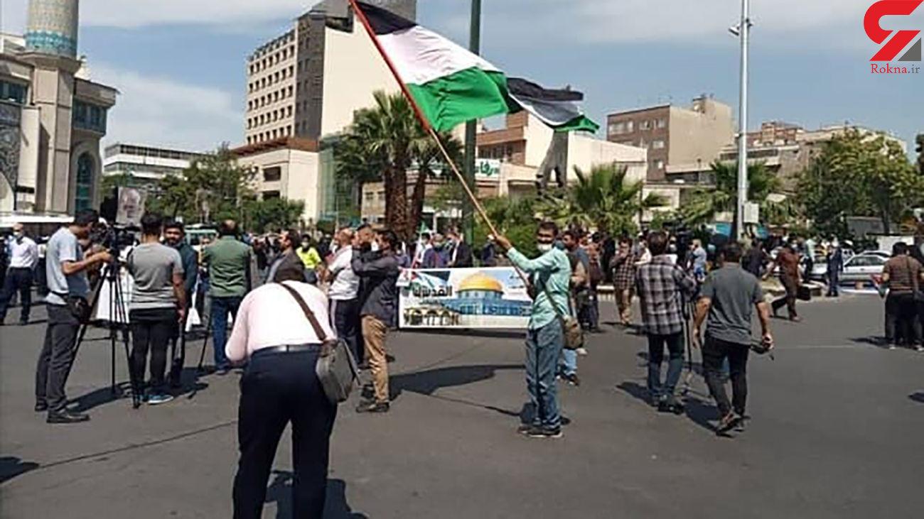 اهتزاز پرچم فلسطین در تجمع مردمی میدان فلسطین تهران