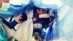 عکس / دختری که هنگام جراحی مغزش آواز خواند