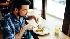 ارتباط تنها غذا خوردن با ابتلای به اختلالات روانی