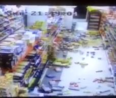 لحظه زلزله شدید ایلام از دید دوربین مداربسته یک فروشگاه + فیلم