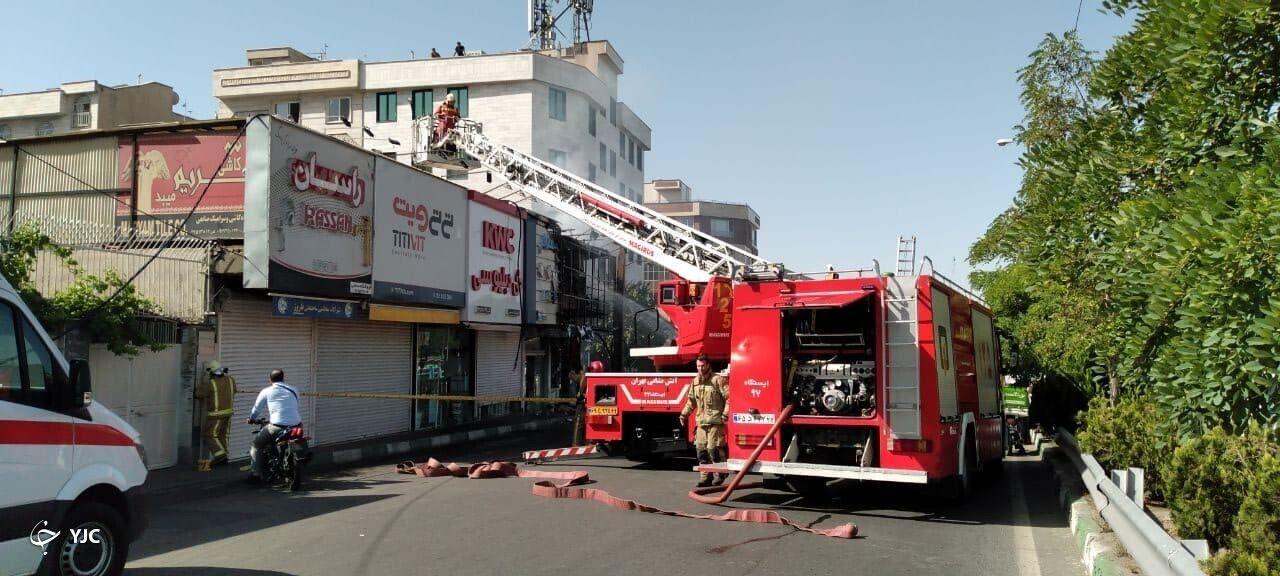 آتش سوزی دو باب مغازه در خیابان بنی هاشم مهار شد/ اتصال برق علت حادثه