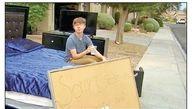 بیرون انداختن پسر 14ساله به خاطر ماشین