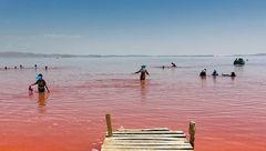 علت قرمز شدن دریاچه ارومیه چیست؟
