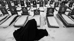 عکس زن چادری در گورستان برفی غوغا کرد! + جزییات