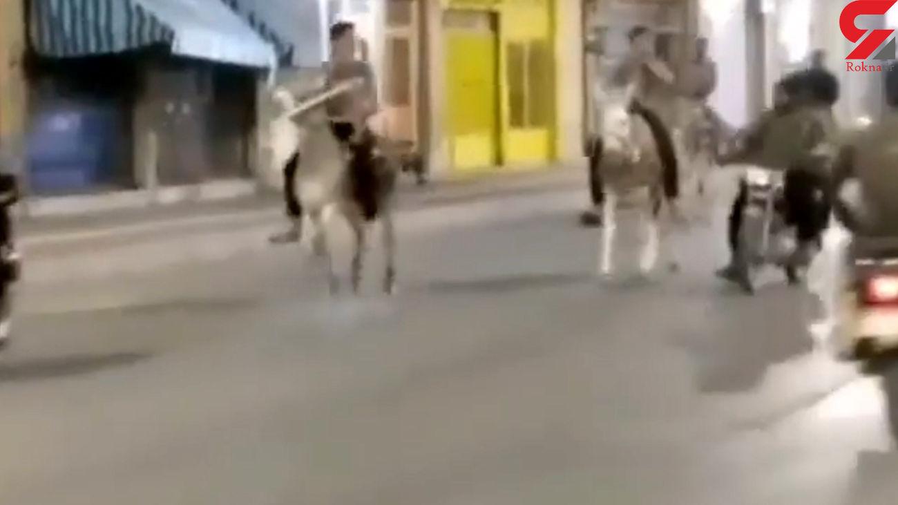 فیلم الاغ سواری گروهی وسط شهر برای فرار از محدودیت های شبانه