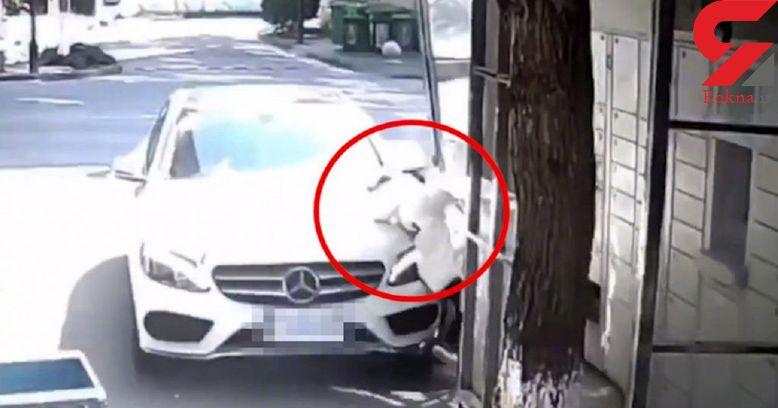 زن چینی دخترش را با بنز زیر گرفت ! + فیلم