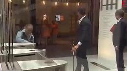 واکنش جالب نخست وزیر هلند به واژگون شدن لیوان قهوه اش + فیلم