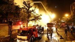جزئیات عملیات شبانه آتش نشانان در تهران / نجات 25 تن از میان شعله های آتش در خیابان امیرکبیر + عکس
