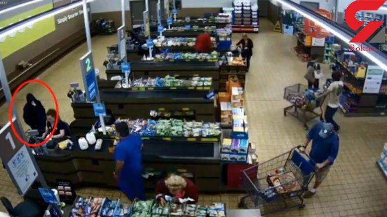 مشتری فروشگاه زن صندوق دار را از دست جوان شرور نجات داد + فیلم