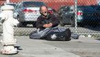 کیف پر از دلار در دستان مرد بی خانمان+عکس