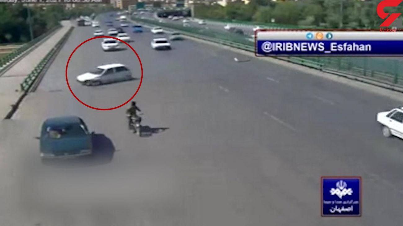 فیلم شوکه کننده از لحظه سقوط پراید از روی پل / در اصفهان رخ داد