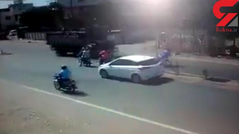 مرگ وحشتناک سرنشینان عجول موتورسیکلت زیر چرخهای کامیون + فیلم