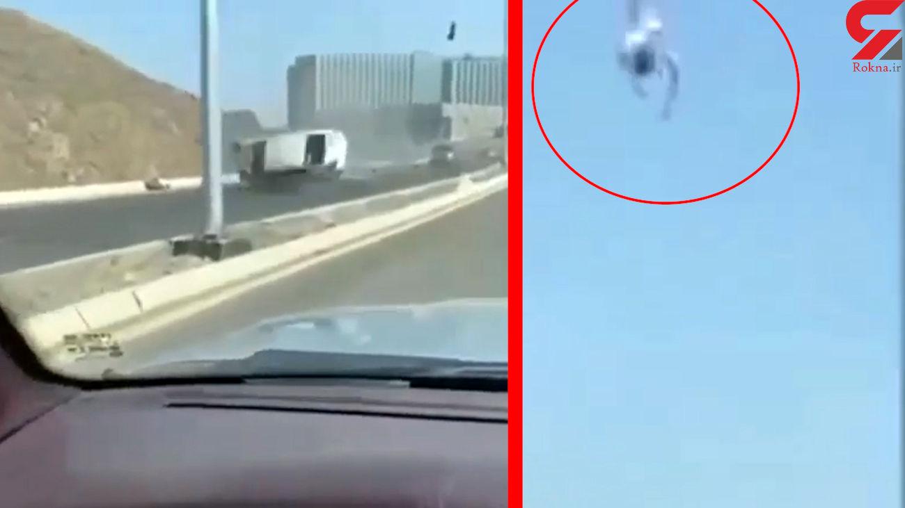 فیلم عجیب از لحظه چپ کردن ماشین   راننده ناگهان از آسمان افتاد