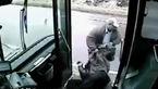 راننده اتوبوس عصبانی تنها مسافرش را با کتک از اتوبوس بیرون انداخت + فیلم