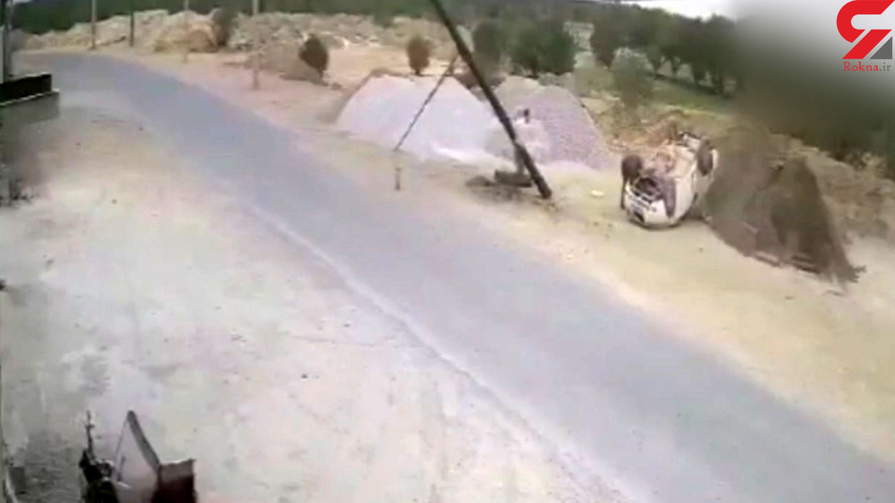 فیلم تصادف هولناک خودرو با تیر برق در یزد