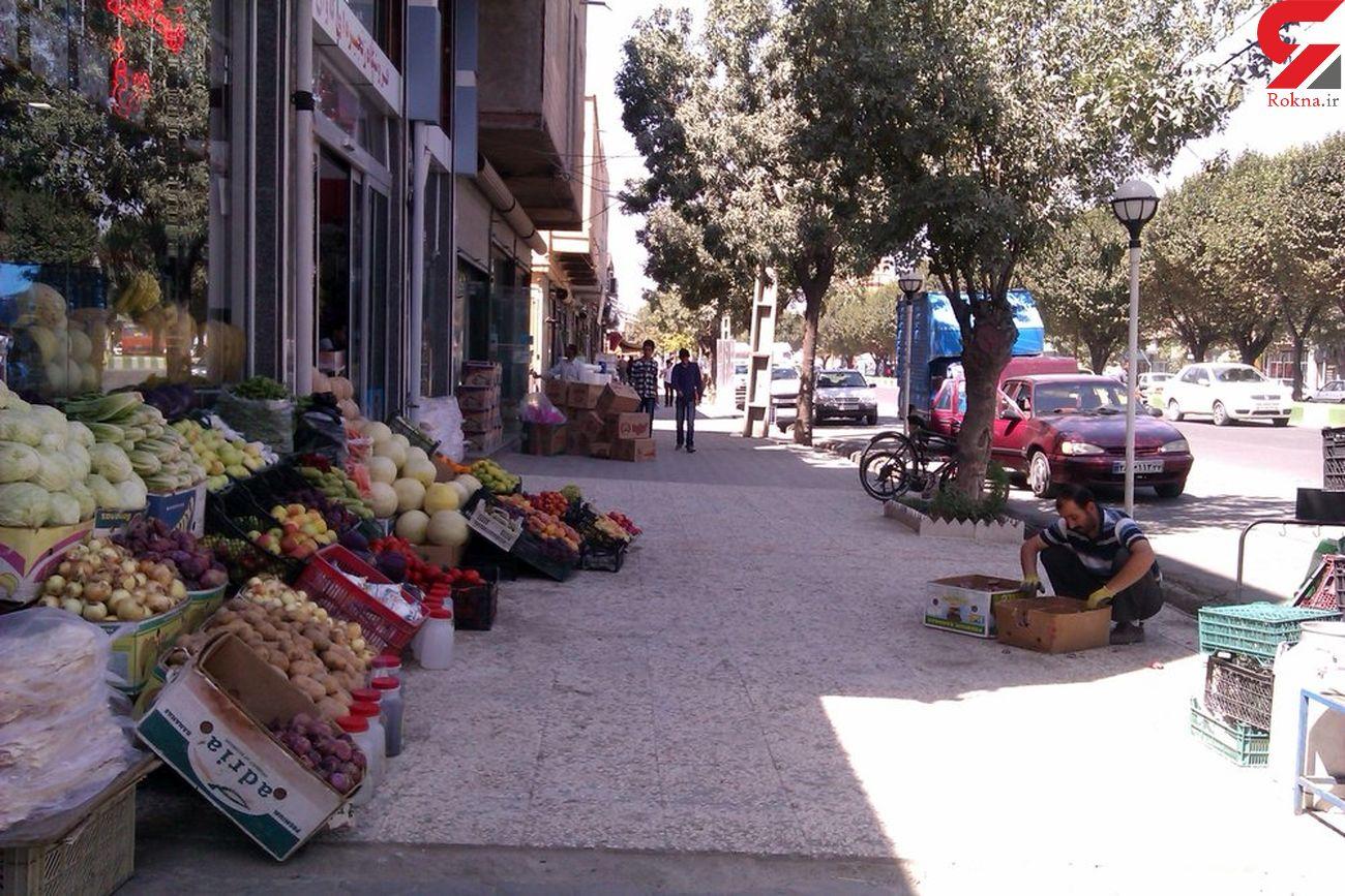 پیاده روهای هشترود  در قرق دستفروشان و وانتی ها !/ شهرداری برای ساماندهی دست به کار شود