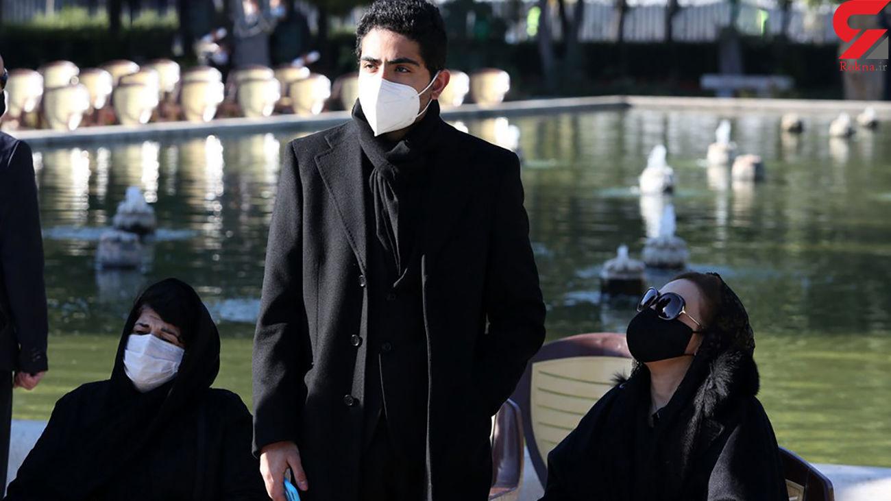 """گفتگو """"رایان"""" پسر استاد شجریان با مردم بعد از مراسم خاکسپاری + فیلم"""