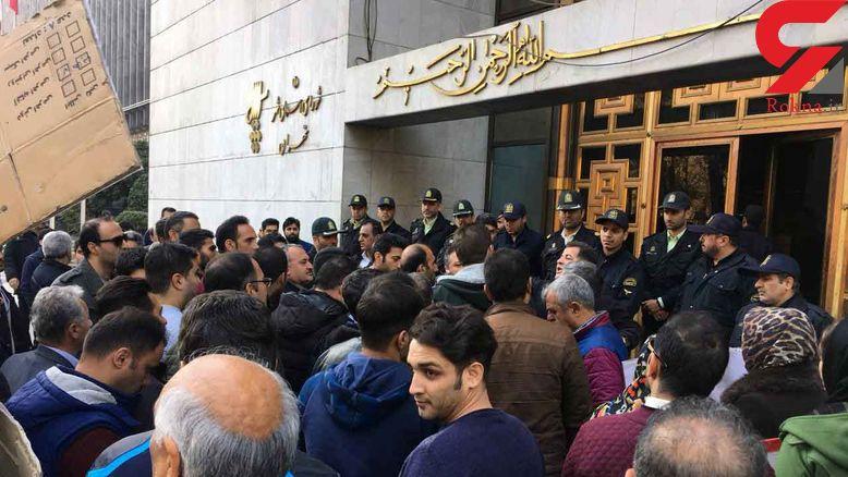 دومین روز تجمع پیمانکاران شهرداری مقابل ساختمان بهشت + تصاویر
