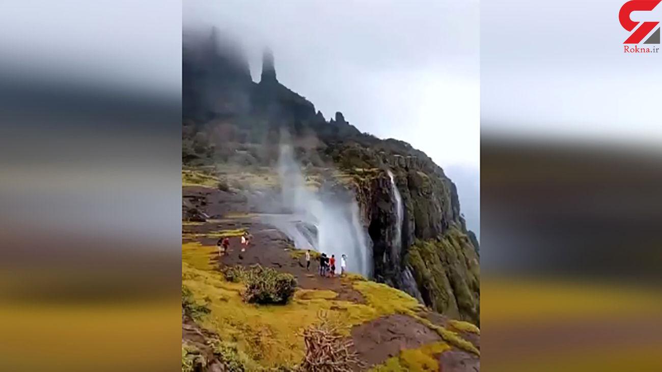 این آبشار خلاف جهت آب حرکت می کند! + فیلم