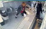 زیرکی فروشنده زن سارق مسلح طلافروشی را به دام انداخت + فیلم
