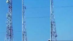 خودکشی پسر جوان که از بالای دکل مخابرات خود را پایین انداخت + فیلم لحظه سقوط / 14+