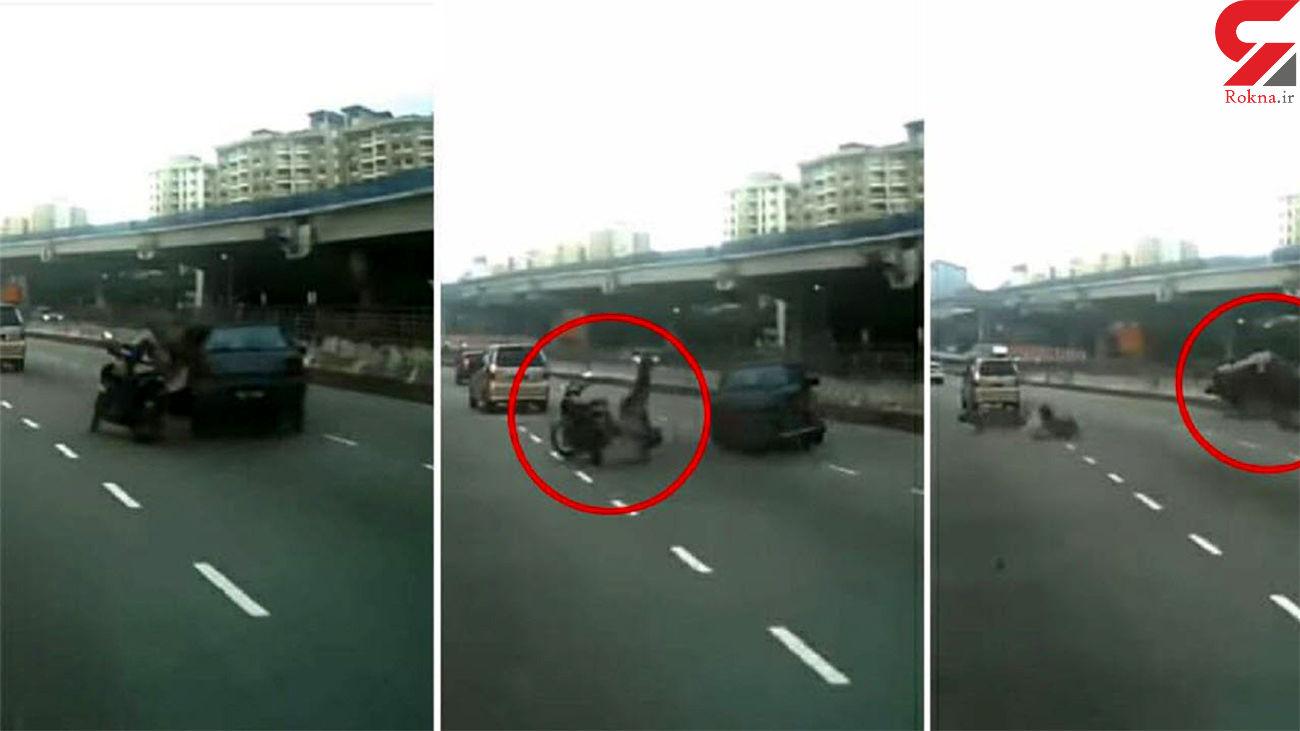 تصادف شدید موتورسوار در اتوبان / او جان سالم به در برد + فیلم و عکس