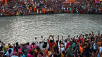 راهبان هندی بی خیال کرونا شدند + فیلم